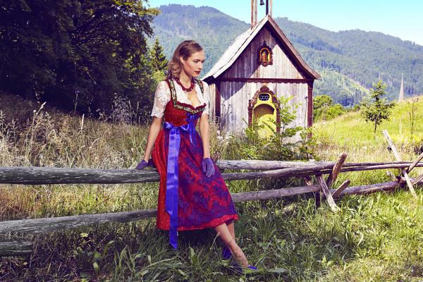 Alpengluehen_Dirndl_Rubinrot_Spitzenschuerze_lila_ALENA GERBER